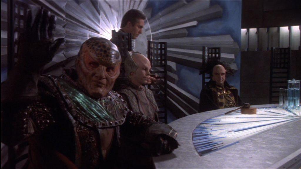 """""""Fünf Elexiere für die Männer vom Säbelwerk!"""" Der Kenner bemerkt sofort: G'Kar ist nicht nur auf dem diplomatischen Parkett sondern auch in jeder Kneipe zu Hause. Leider vergisst er manchmal, in welcher der beiden Etablissements er sich grade befindet."""