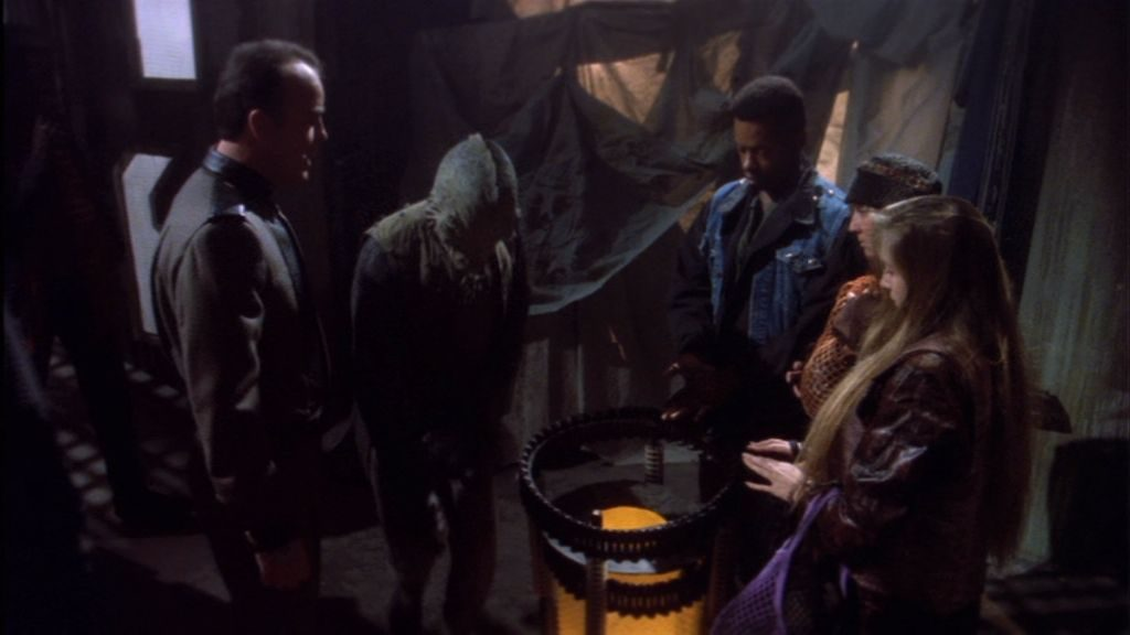 """Sascha: """"Wir müssen irgendwie symbolisieren, dass das der untere Sektor ist."""" - """"Dann nehmen wir eine brennende Mülltonne!"""" - """"Das ist eine Raumstation, da gibts keine brennenden Mülltonnen!"""" - """"Dann nehmen wir eine brennende Kugel!"""" - """"Die kann nicht brennen!"""" - """"Dann leuchtet sie eben!!!"""""""
