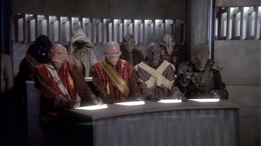 """Da sind se alle versammelt. Die """"Wir haben kein Geld für Alienmasken, zieh mal die Kapuze drüber"""" und die rasierten notgeilen Wookie-Opas und (als einzige gegen die Narn stimmend) die Llord. Und damit hat Babylon5 in der ersten Folge mehr kreative Aliens gezeigt, als manche Serie (*hust*Voyager*hust*) in einer kompletten Staffel"""