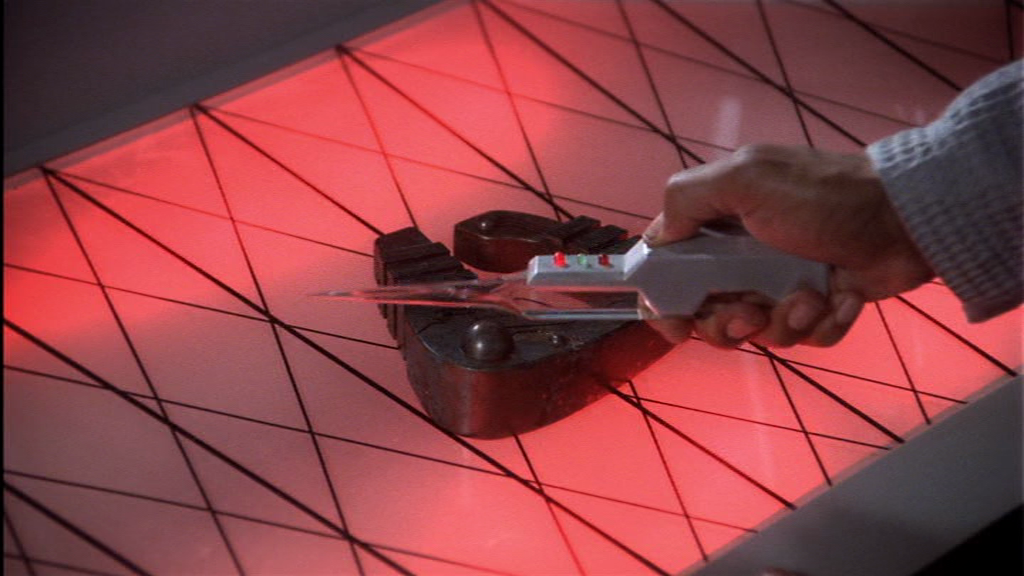 Der Sensorscan zeigt eindeutig: Hufeisen bringen Glück. Es sei denn, sie haben zufällig einen Zöllner auf den Weg hierher umgebracht. Dann KÖNNTEN Sie sich in einen Killernaziroboter verwandeln. Aber wie unwahrscheinlich ist DAS denn?!? Doctor Franklin kennt sich aus mit Risiken und Nebenwirkungen