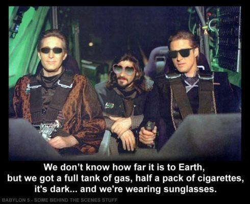 Es ist dunkel und wir tragen Sonnenbrillen
