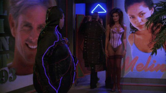 Tron trifft Trash. Und wir fragen uns, aus welchem Tina-Turner-Gedächtnisfundus die gute Holo-Lochley ihre Frisur gefischt hat